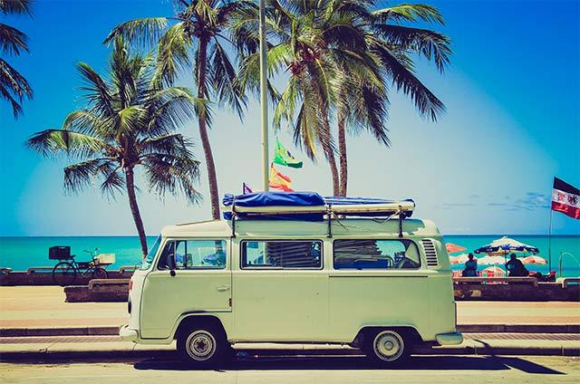 Entspannt, günstig und schnell in den Urlaub - Welche Reisealternative ist die Beste?