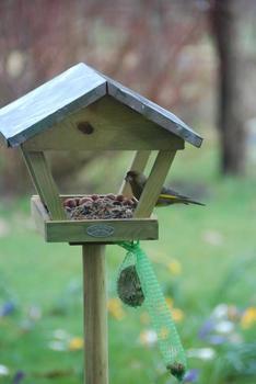 Esschert Vogelfutterhaus mit Dach auf Holzstab